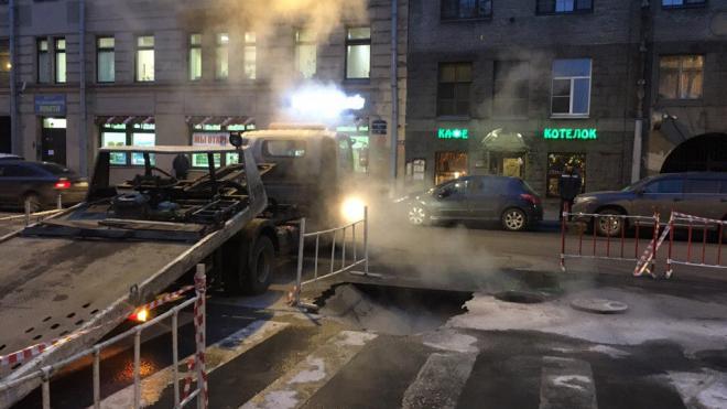 Проезжая часть Исполкомской улицы провалилась под землю из-за прорыва трубы