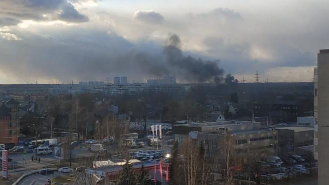 На углу перекрестка Суздальского и Выборгского шоссе пожар