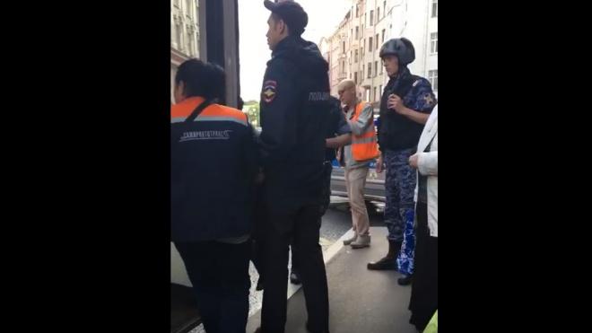 Пассажир и водитель автобуса подрались из-за пробки на Петроградке