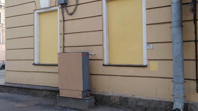 """Менее чем через сутки коммунальщики закрасили """"Окно в другую реальность"""" на Невском"""