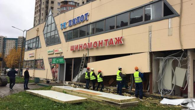 """На Комендантском проспекте сносят торговый центр """"Пилот"""""""