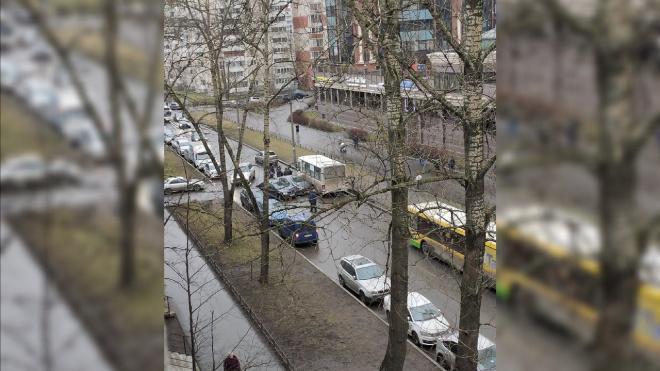 """""""Логан"""", """"Мазда"""" и маршрутка заблокировали Пулковскую улицу"""