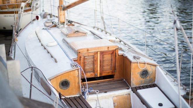 Пьяный капитан посадил на мель дорогущую яхту у Канонерского острова