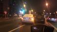 Такси не пролезло между двумя автомобилями на проспекте ...