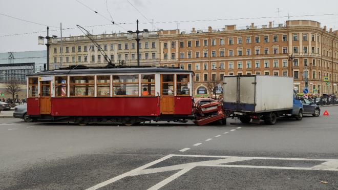 На Сенной площади ретро-трамвай врезался в иномарку