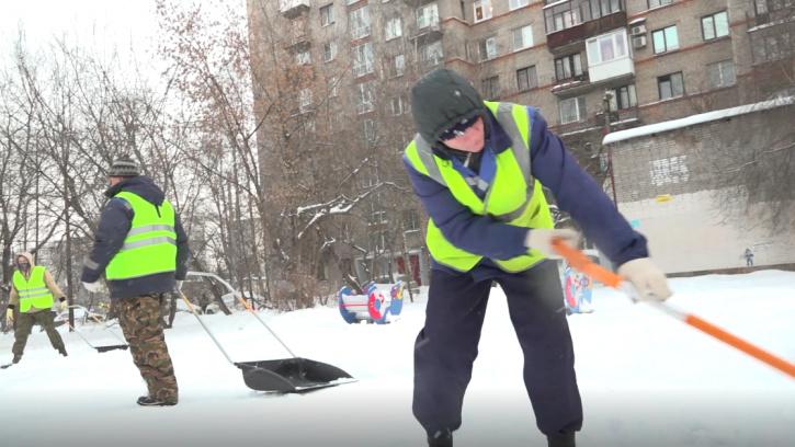 Дорожные службы Петербурга вывезли за сутки 73 тысяч кубометров снега
