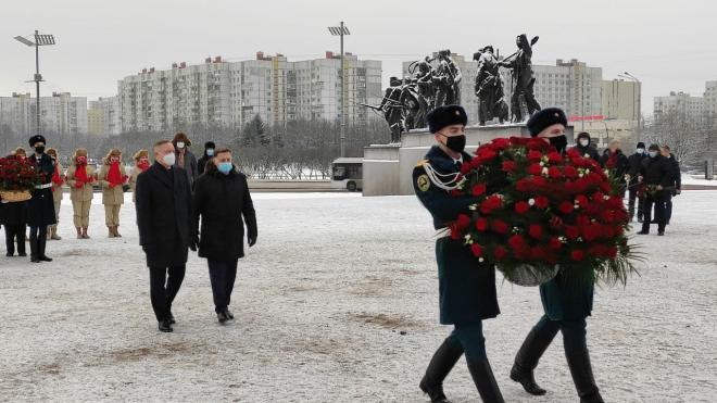 Власти Петербурга возложили цветы к памятнику героическим защитникам Ленинграда в День прорыва блокады