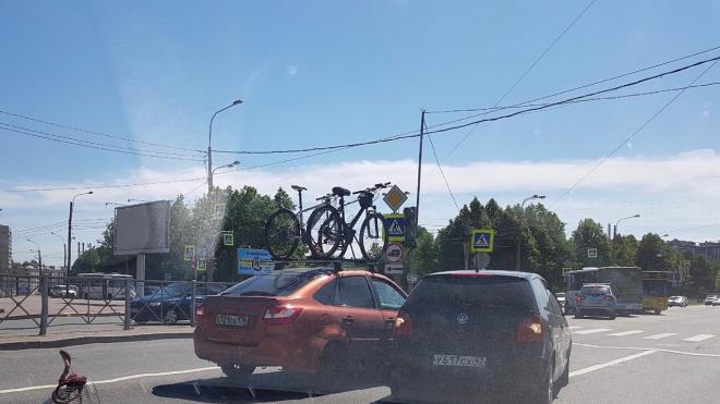 Два автомобиля столкнулись на пересечении Пискаревского и Полюстровского