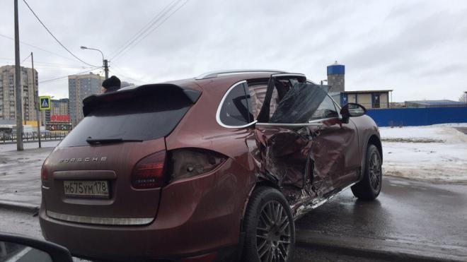 Очевидцы: два внедорожника не поделили дорогу в Кировском районе