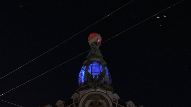Дом Зингера подсветили цветами флага Франции