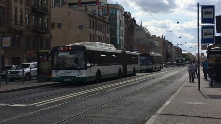 В Петербурге увеличат количество автобусов до кладбищ в Вербное воскресенье