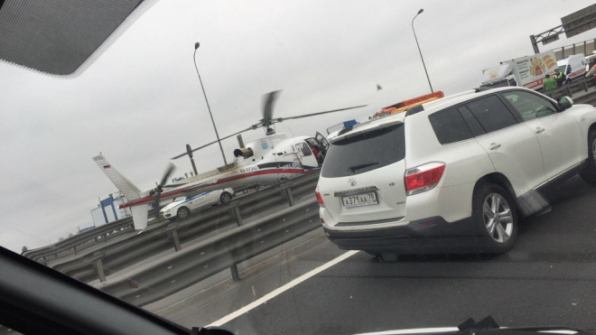 Для ликвидации ДТП на Вантовом мосту спасатели посадили на дорогу вертолет