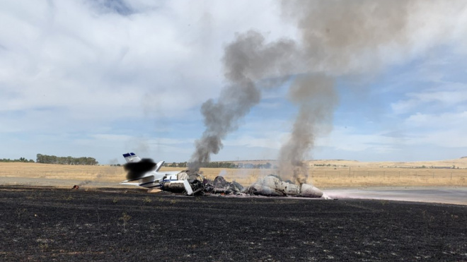 В Калифорнии пассажирский самолет загорелся и развалился на несколько частей