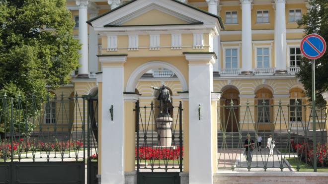 Губернатор Петербурга перешел на дистанционную работу
