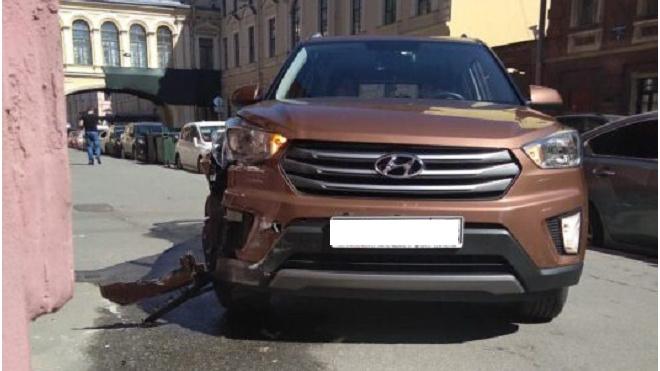 Иномарка протаранила крыльцо цветочного магазина на Почтамтской улице