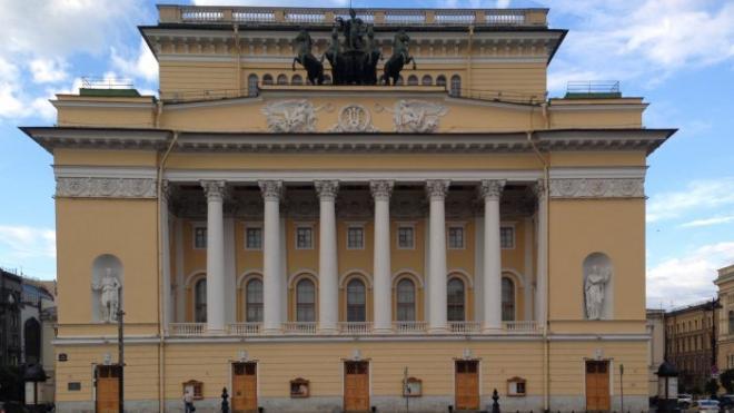 Двух руферов сняли с крыши Александринского театра в Петербурге