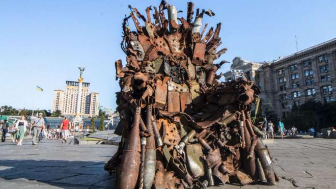 """В центре Киева установили """"Железный трон"""" из обломков военной техники из Донбасса"""