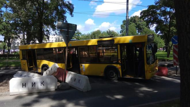 В Петербурге автобус с пассажирами застрял в яме