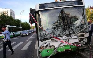 Автобус с пассажирами и без водителя врезался в машину и светофор в Москве