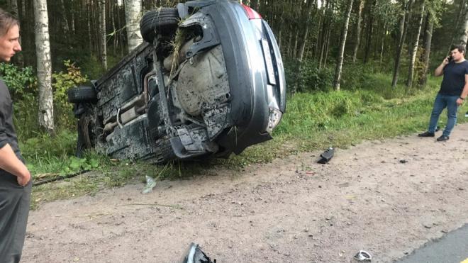 Во Всеволожском районе автомобиль вылетел с дороги и перевернулся набок