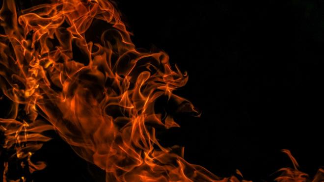 В пожаре на проспекте Тореза пострадала женщина