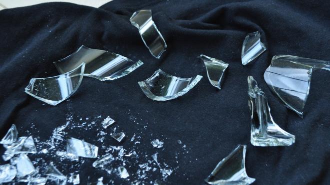 Жительница Ломоносова убила знакомого бутылкой по голове