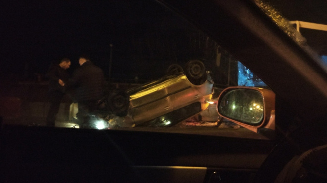 В Красном селе легковушка перевернулась на крышу во время обгона автобуса