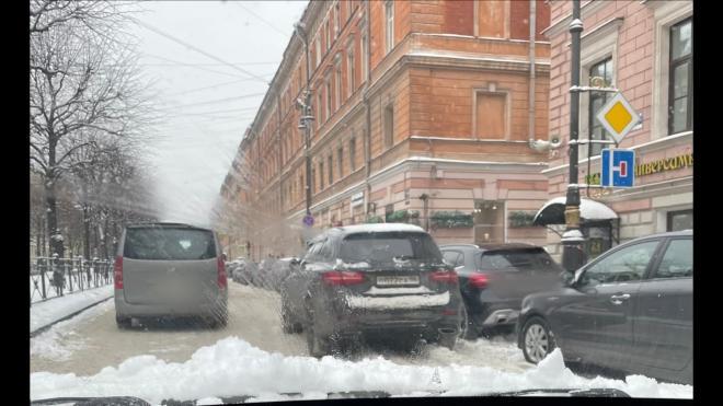 Петербуржцы продолжают фотоохоту за парковкой машины Михаила Боярского
