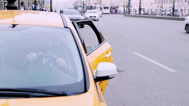 В Петербурге пьяный пассажир угнал машину у таксиста, пока тот ходил за кофе