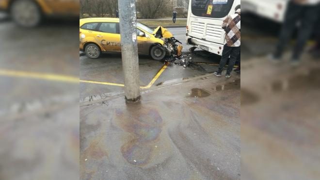 """Таксист """"догнал"""" автобус на пересечении Купчинской и Олеко Дундича"""