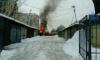 На Парголовской улице горит гараж с автомобилем внутри