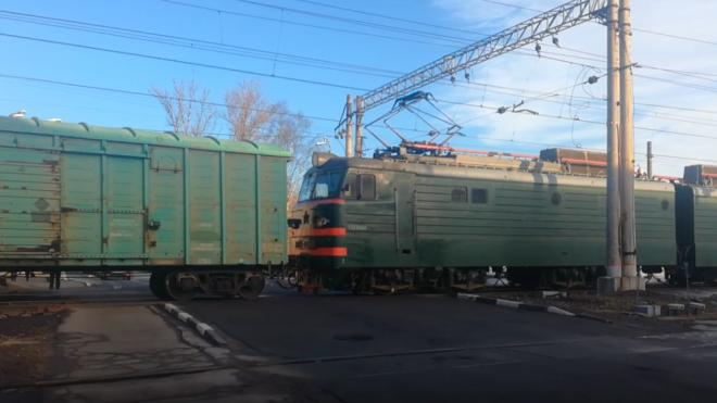 """С """"РЖД"""" взыщут компенсацию за гибель мужчины под грузовым поездом в пользу вдовы и дочери"""