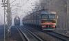 Под Петербургом пенсионер на Мазде врезался в электричку, погибла женщина