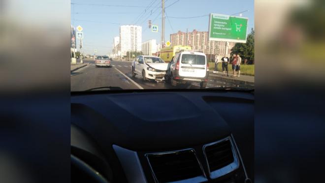 Каршеринг столкнулся с Lada на проспекте Большевиков