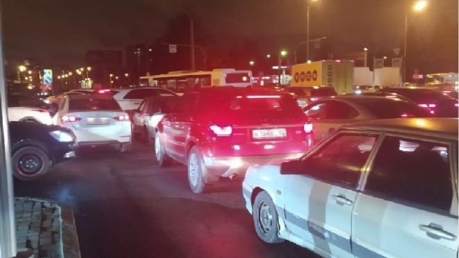 Движение транспорта на Пискаревском проспекте остановилось из-за светофоров