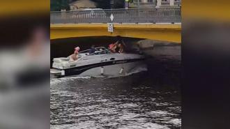 Девушка ударилась головой о мост в Петербурге