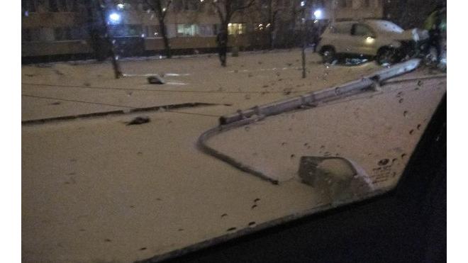 На проспекте Стачек автомобилист снес фонарный столб