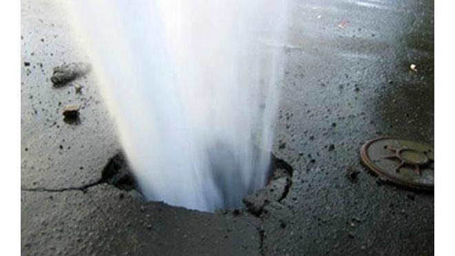 На улице Пестеля прорвало трубу с горячей водой, движение ограничено
