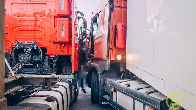 На Волхонском шоссе водитель погиб на парковке большегрузов