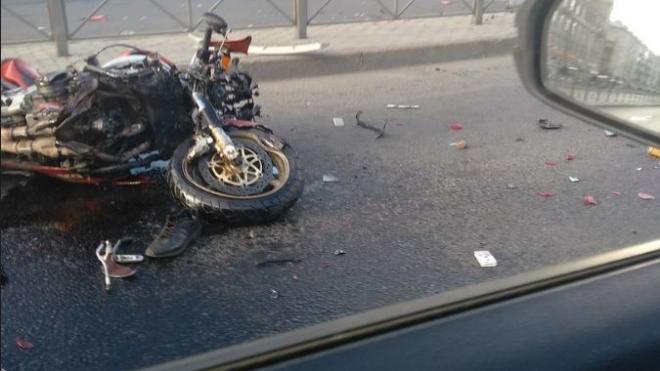 На Заневском проспекте в Петербурге мотоциклист врезался в две иномарки