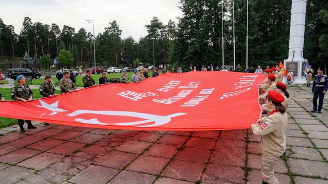 В Сосновом Бору развернули огромное знамя Победы в честь Дня окончания II мировой войны