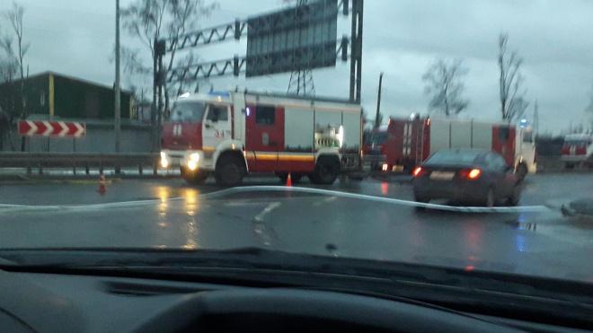 Ночной складской пожар на Пискаревском проспекте вызвал пробку с утра