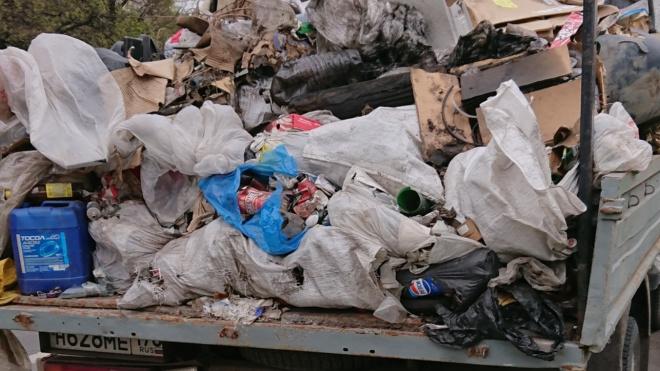 Жители Невского района пожаловались на стоящий несколько месяцев фургон с мусором