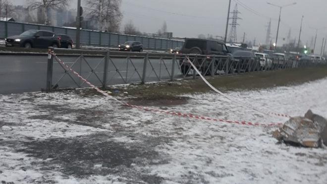 Очевидцы: напротив Елизаветинской больницы на заборе висел замерзший человек
