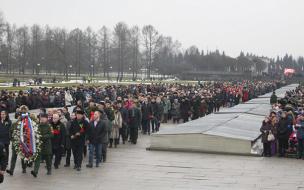 На Пискаревском кладбище возложили венки к 27 января