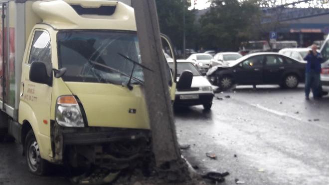 В результате столкновения на Уральской улице мужчине зажало ногу