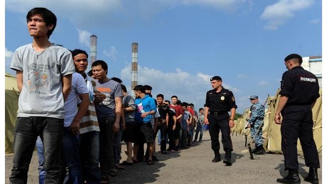Нелегальных мигрантов переселят в детские лагеря в Подмосковье