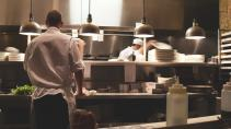 Иностранцы устроили конфликт и били посуду в ресторане на Кораблестроителей