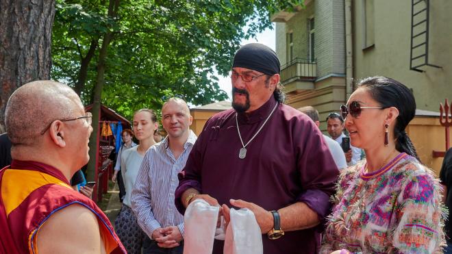Стивен Сигал посетил петербургский буддийский храм