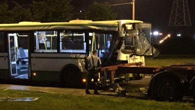 На Маршала Захарова автобус смялся после столкновения с припаркованным прицепом